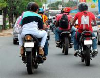 Motos: obligatorio usar casco y chaleco