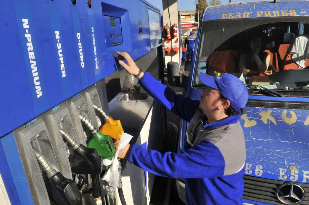 Comienza a regir la leve baja en el precio de los combustibles