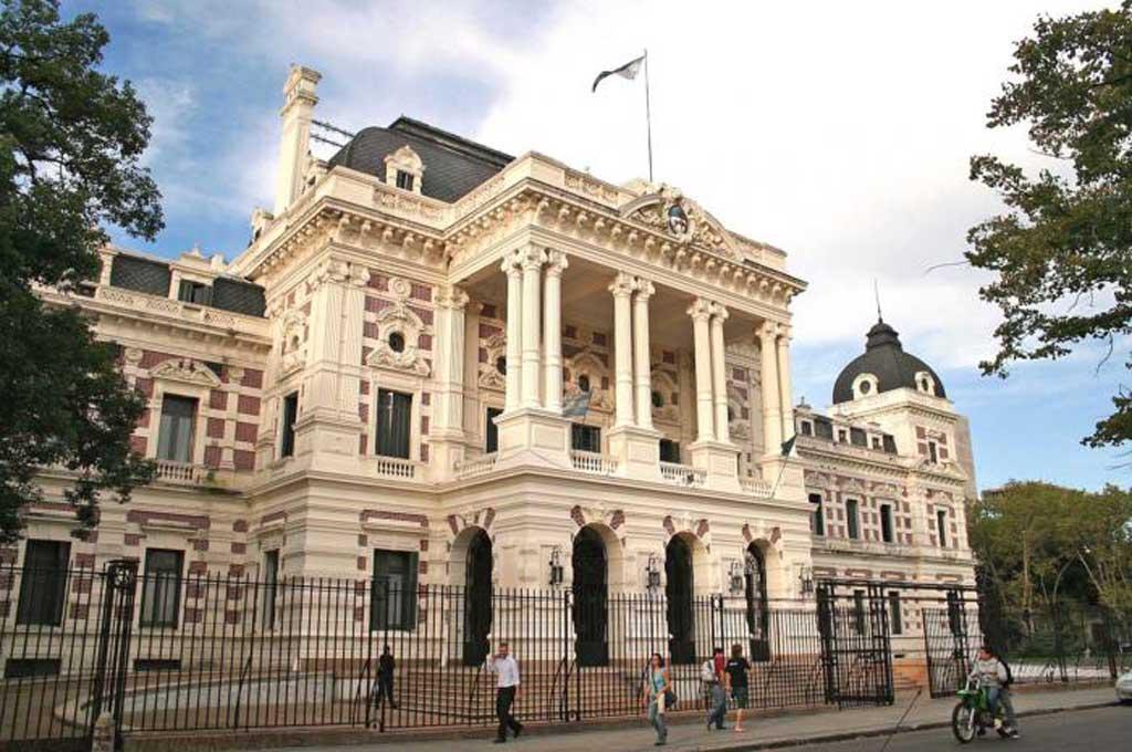 Docentes y estatales bonaerenses cobran el bono de fin de año