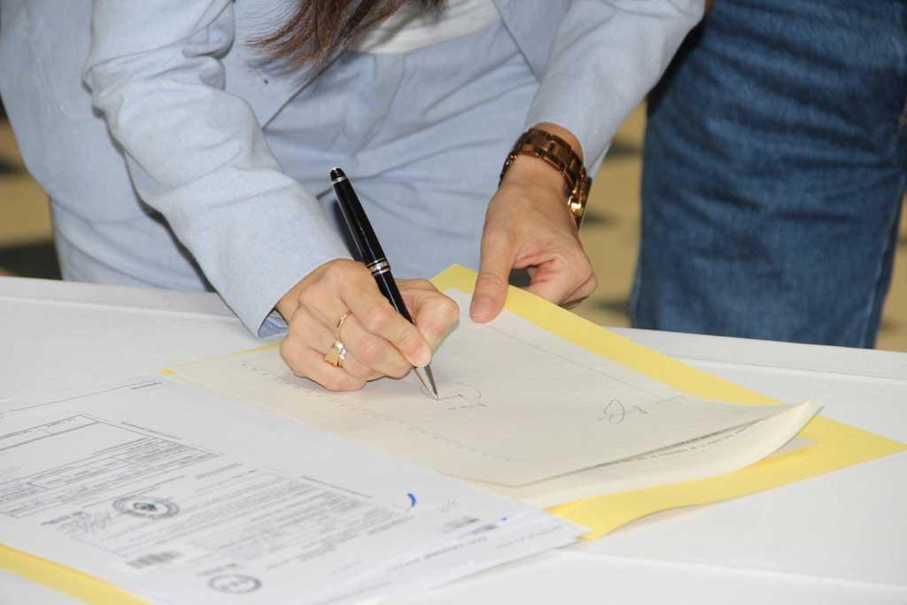 Acto de firma y entrega de escrituras