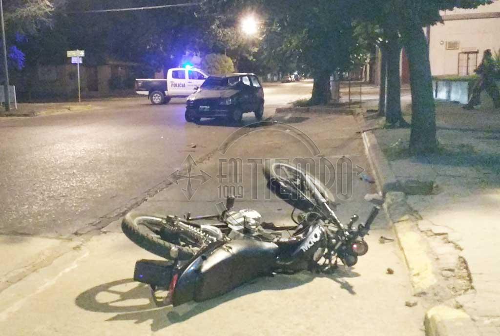 Colisionaron auto y moto en avenida 25 de Mayo