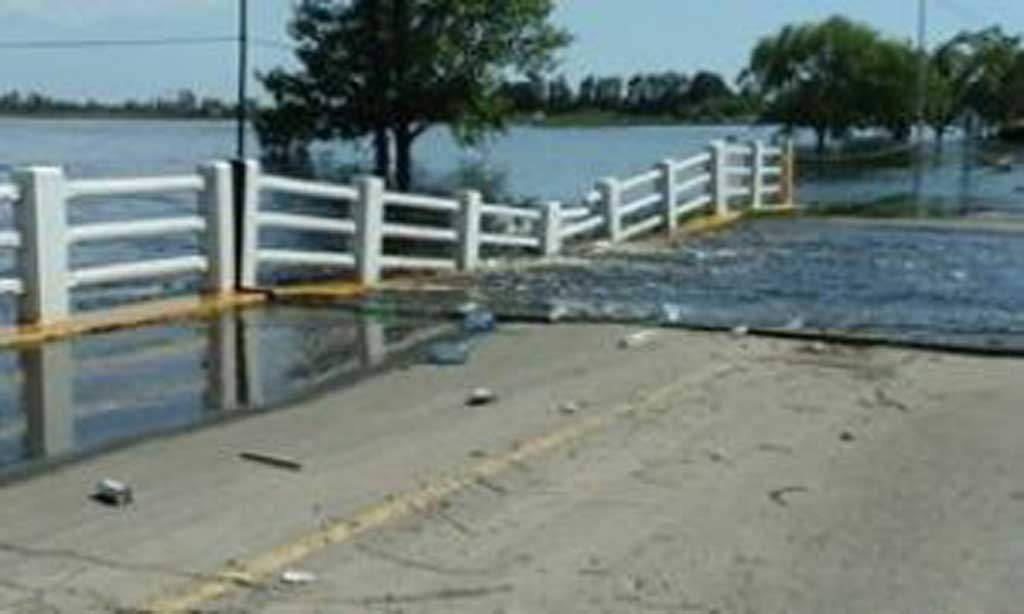 El agua avanza y cedió el puente de acceso a Arenales