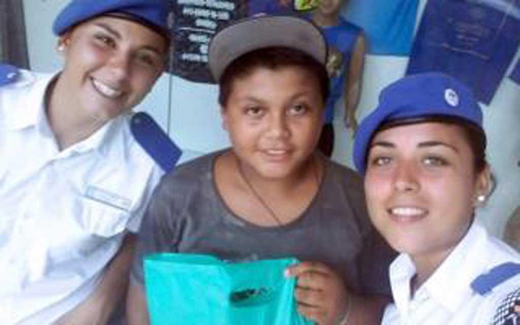 Dos policías le compraron ropa a un nene que pedía monedas para empezar las clases