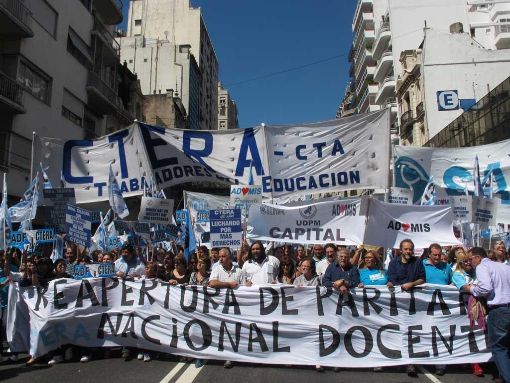 Los docentes cierran el paro con una marcha a la Plaza de Mayo