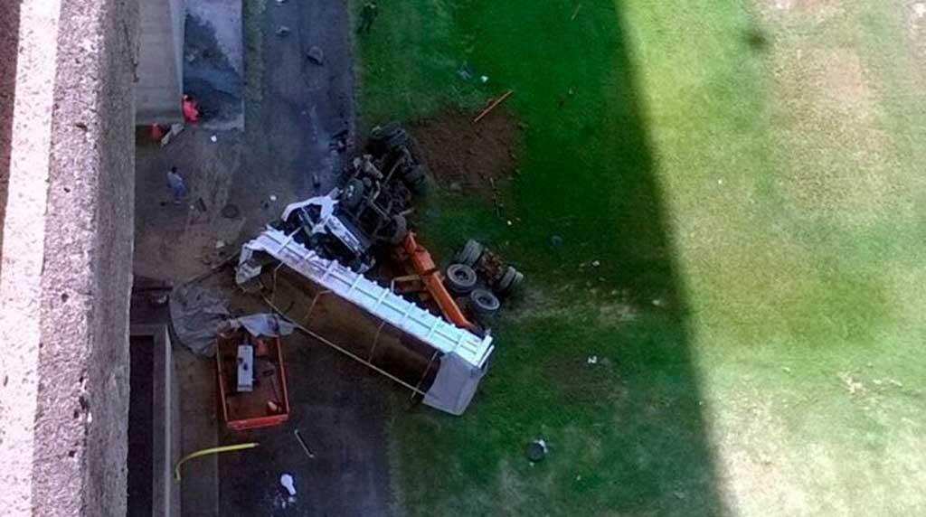Cayó un camión desde el puente Zárate-Brazo Largo