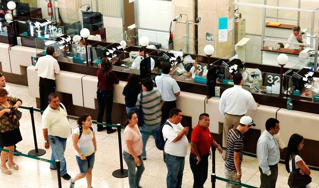 Buscan por ley limitar el tiempo de espera en los bancos