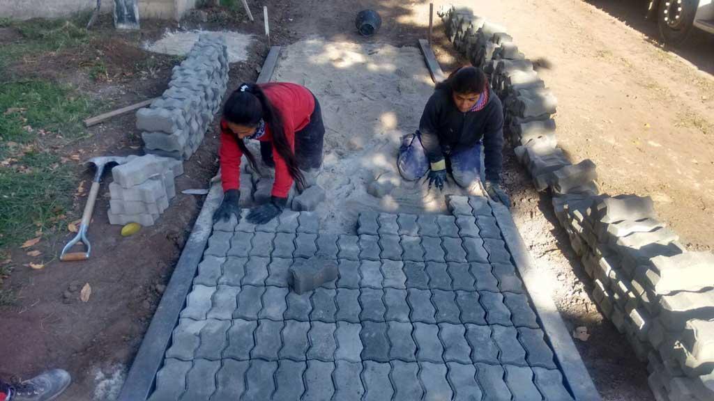 Continúan construyendo la vereda en calle Diego Trillo