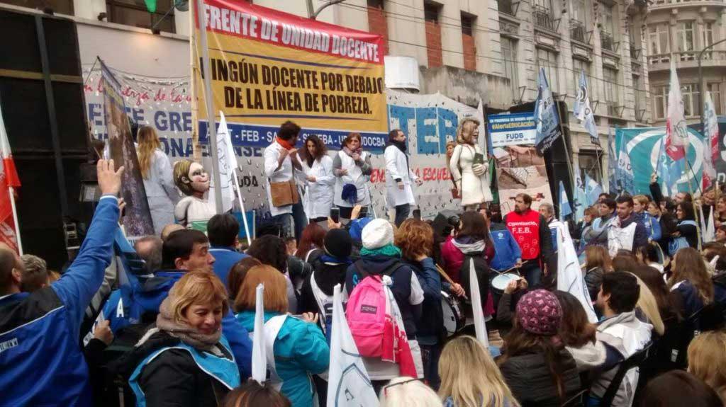 """Los gremios docentes bonaerenses realizaron una """"clase pública"""""""