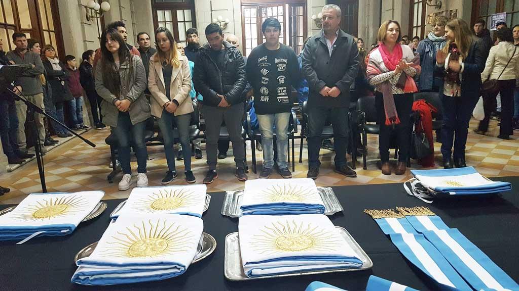 Instituciones educativas recibieron banderas de ceremonias