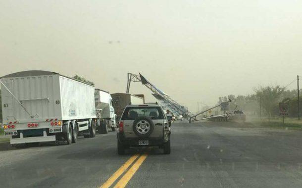 Dos muertos y 30 autos colisionados por temporal de viento y tierra