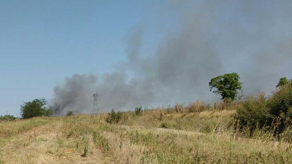 Humo y fuertes olores invaden a parte de la población rojense