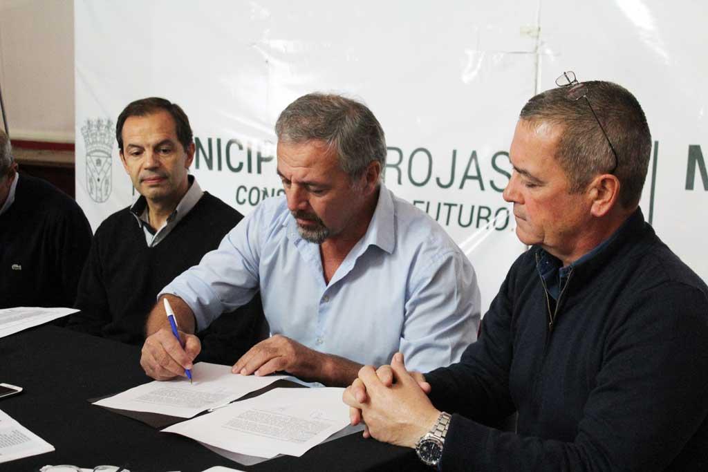 Se firmó el contrato para realizar 63 cuadras de asfalto en distintos barrios de Rojas
