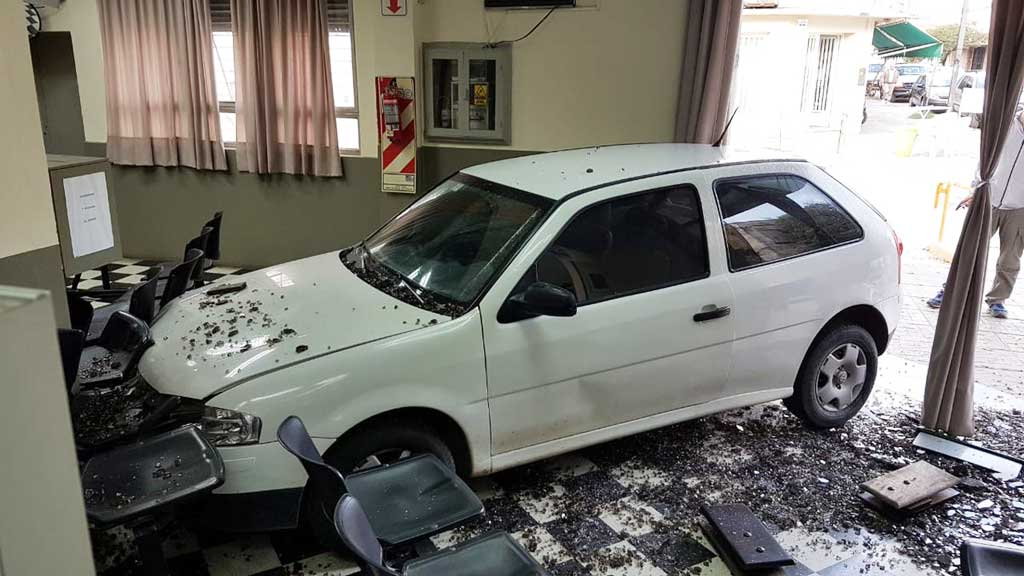 Día de furia en San Pedro: Le cortaron la luz y estrelló su auto contra la empresa eléctrica