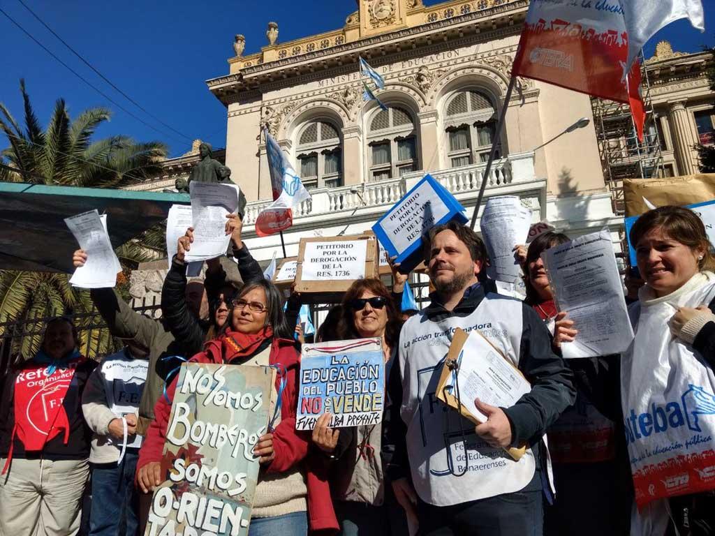 Docentes marcharon en La Plata y anunciaron adhesión al paro del martes