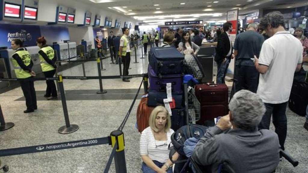 Paro: se cancelaron más de 500 vuelos que afectaron a 71 mil pasajeros