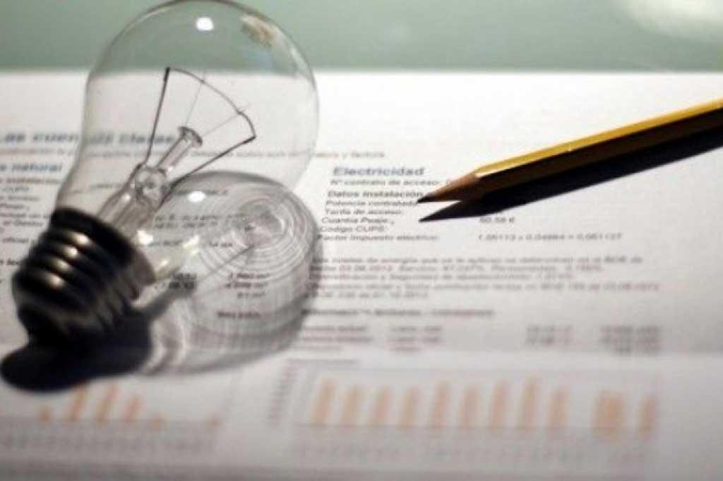 Vidal promulgó la reducción de impuestos en las tarifas de luz y agua