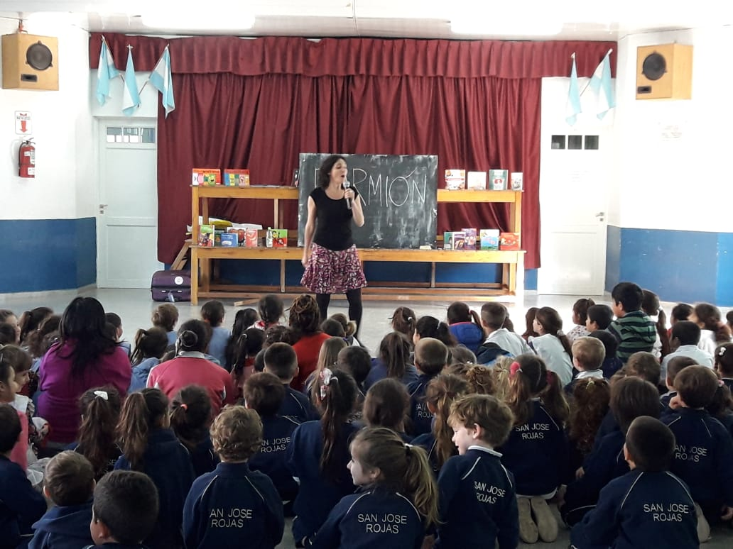 La escritora Maria Laura Dedé visitó escuelas y jardines de Rojas