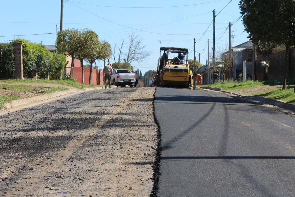 Realizan trabajos de asfaltado en calle Martinez Fonte de barrio Progreso