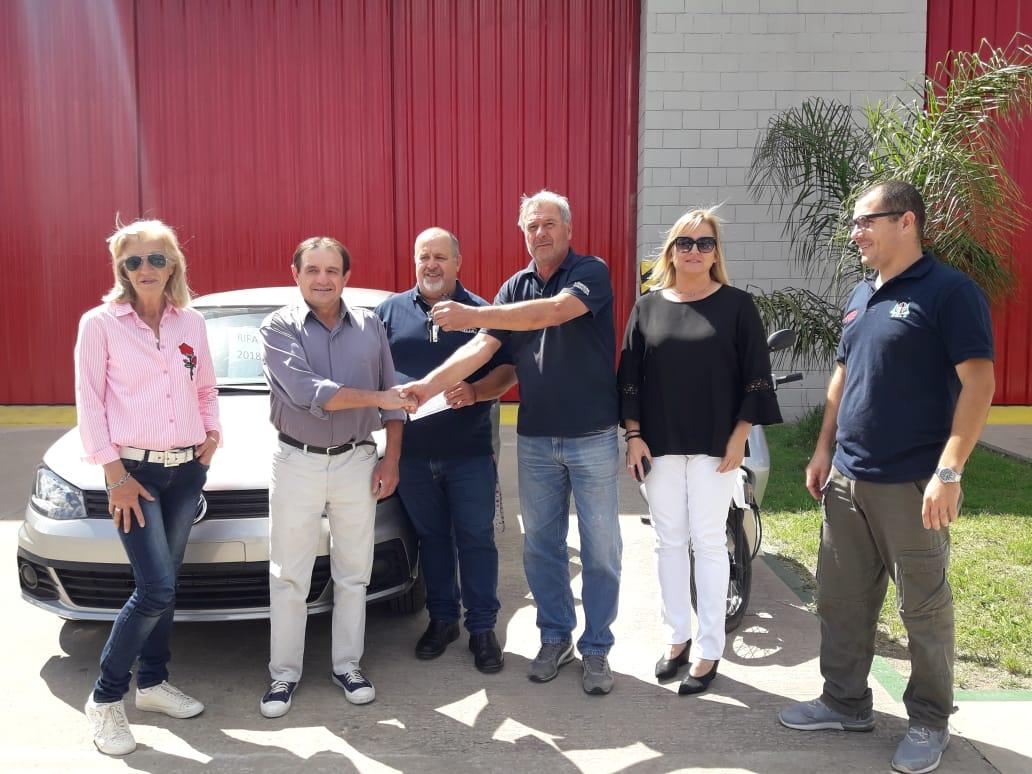 Humberto Rivoira ganó el auto de la rifa anual de Bomberos Voluntarios