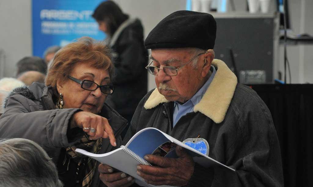 Jubilados bonaerenses cobran desde hoy bono y aguinaldo