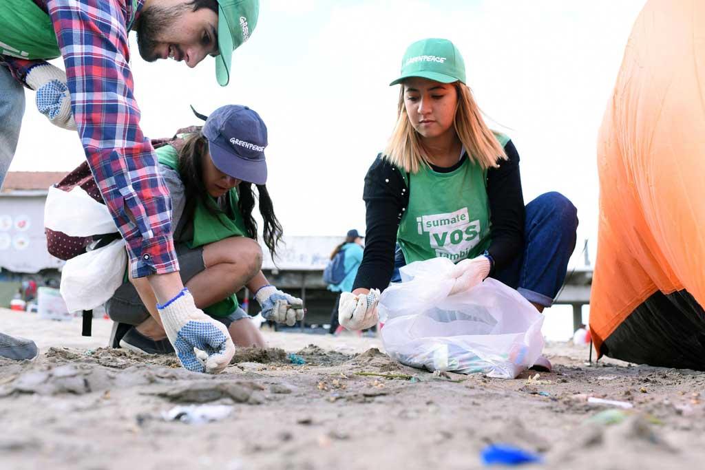 Greenpeace realizó una limpieza de plásticos en la Playa Popular
