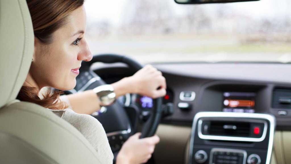 Día de la mujer: ¡Felicitaciones a las mujeres al volante! Son más seguras