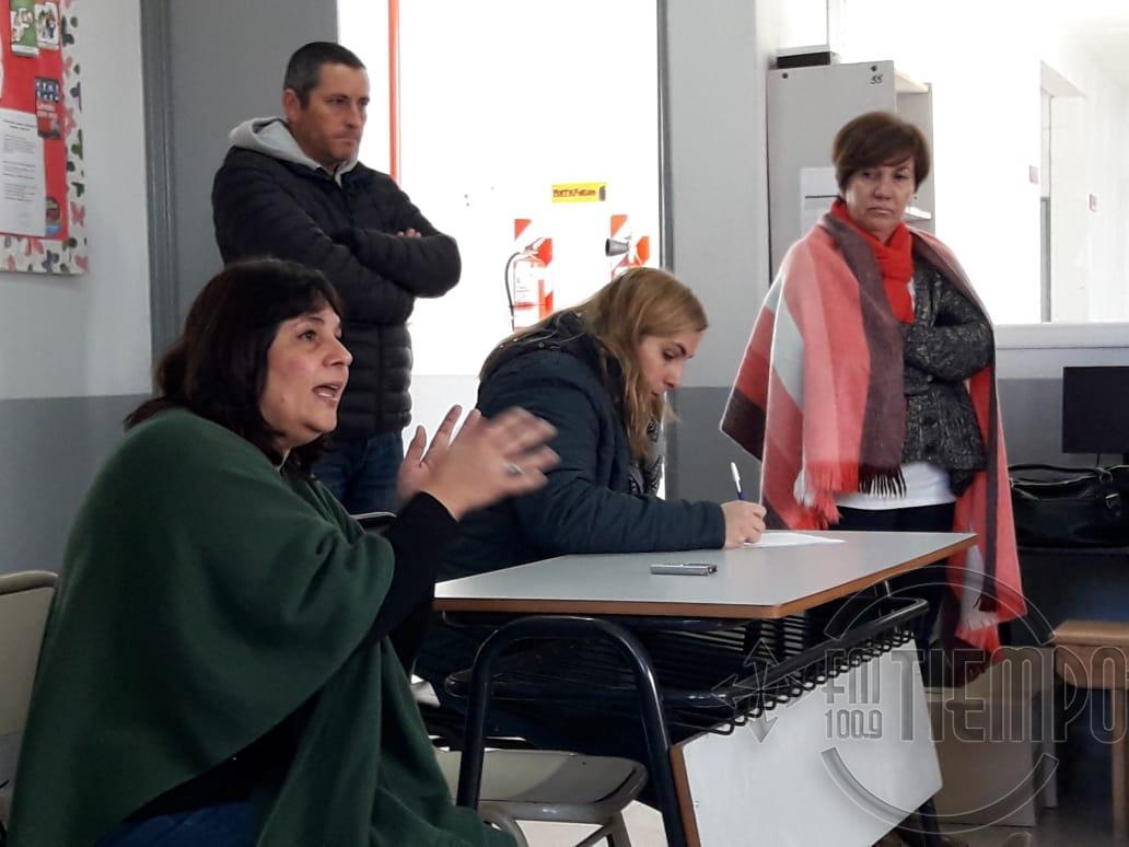 Autoridades educativas se reunieron con padres de alumnos de la Escuela Nº5