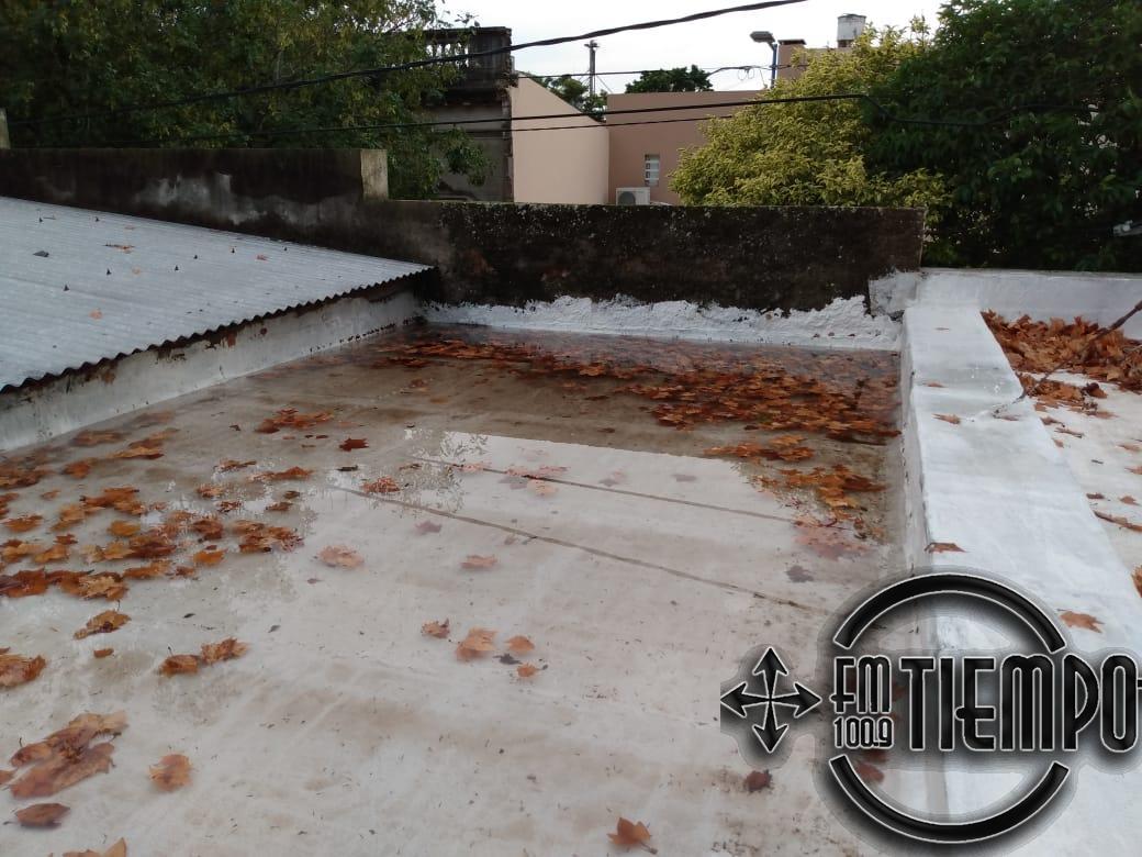 Trabajos de reparación y limpieza en techos del Maternal de barrio Progreso y el Solar Feliz