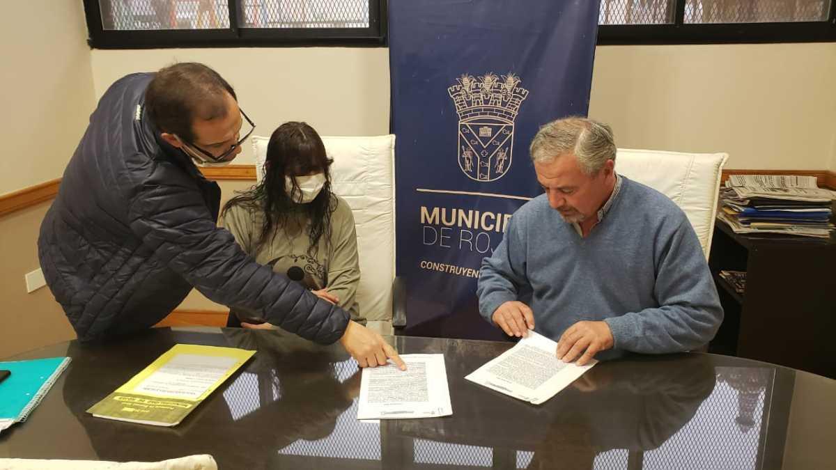 Se realizó la firma del contrato para realizar nuevos baños en la Escuela 15