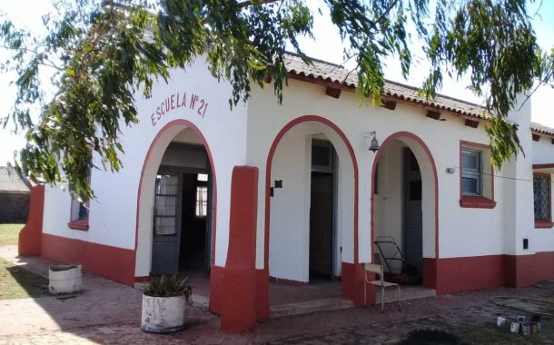 Plaqueta conmemorativa por los 75 años de la escuela de Las Polvaredas