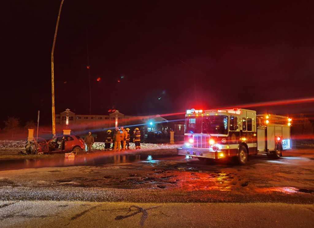 Tres jóvenes rojenses heridos al chocar un auto contra una columna de alumbrado público