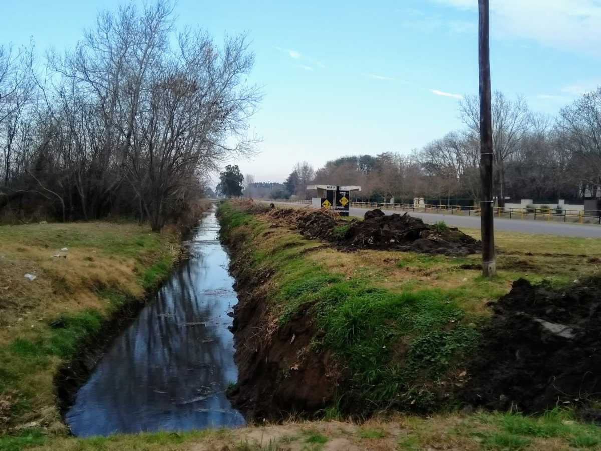 Se está realizando una profunda limpieza y dragado de los canales paralelos a la Ruta 45 frente a nuestra zona urbana